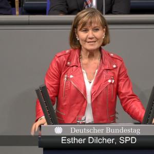 Die Bundestagsabgeordnete Esther Dilcher bei ihrer Rede