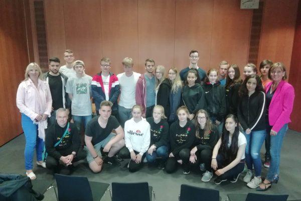 Die Abschlussklasse der Gustav Heinemannschule aus Hofgeismar mit ihrer Klassenlehrerin Irmgard Ehls.