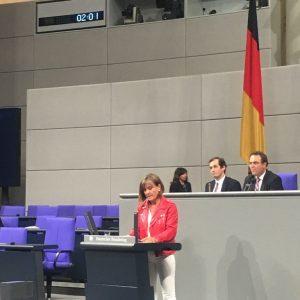 Bundestagsabgeordnete Esther Dilcher hält eine Rede