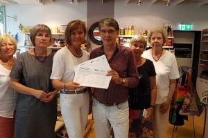Franz Harbecke vom Weltladenteam in Korbach überreicht mir 1000 Unterschriften für den weltweit verbindlichen Schutz von Menschen- und Arbeitsrechten